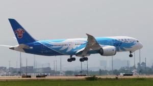 China Southern Boeing 787-8 landing