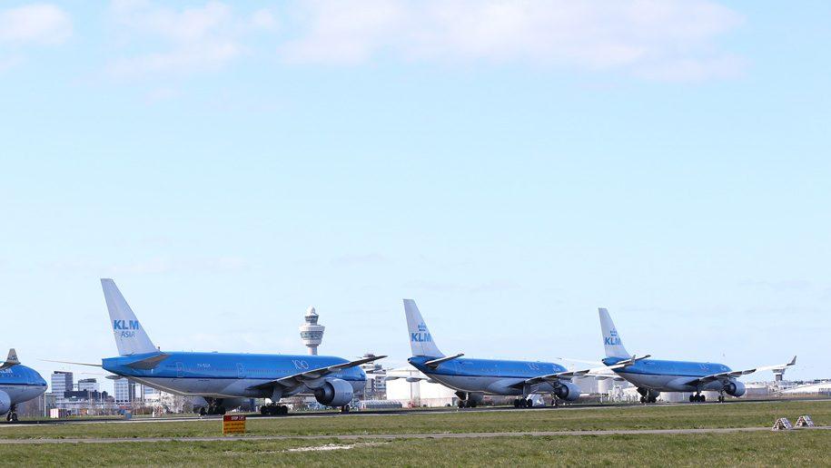 Avión KLM estacionado en Amsterdam Schiphol (crédito: Paul Ridderhof)